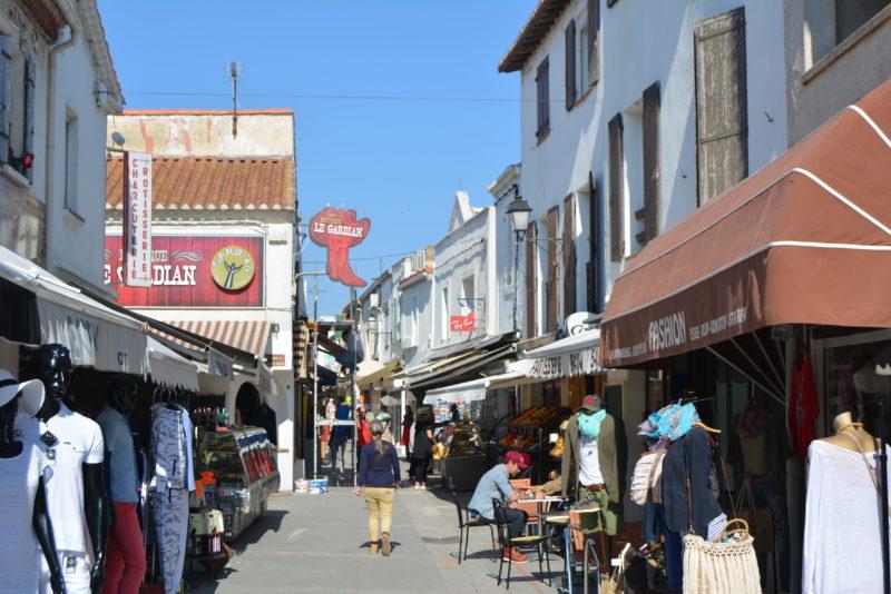 Rue commerçante aux Saintes Maries de la Mer